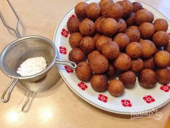 Остывшие шарики можно посыпать сахарной пудрой, хотя они и так получаются сладкими. Но с пудрой наряднее.