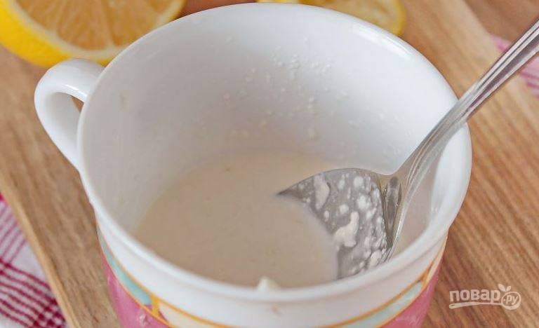 """Теперь необходимо приготовить для салата соус, который называется """"Цитронель"""". Для этого смешайте в мисочке йогурт с сахаром, солью, толченым чесноком и лимонным соком. Размешивайте соус, пока в нем не растворится сахар."""