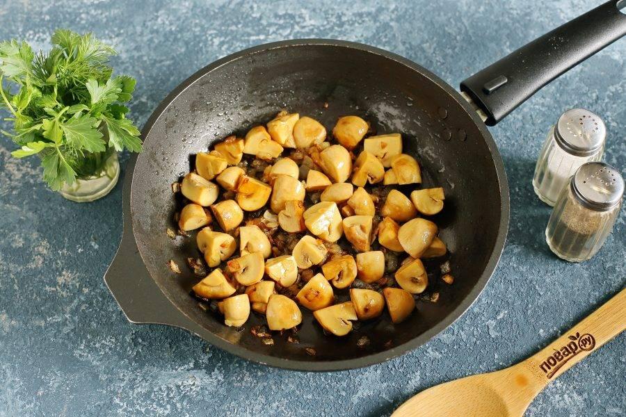 Если у вас целые грибочки, то разрежьте их на части и обжарьте с нарезанным кубиками луком до румяности.