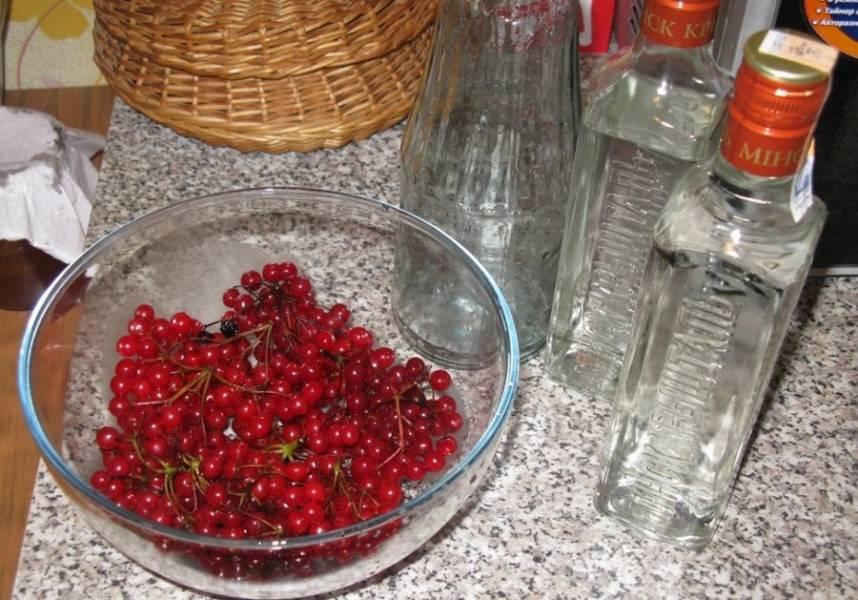 Для начала тщательно промываем ягоды под холодной водой и перебираем их.