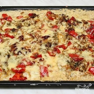 5. Достать рыбу из духовки, посыпать тертым сыром и выпекать еще примерно 15 минут.