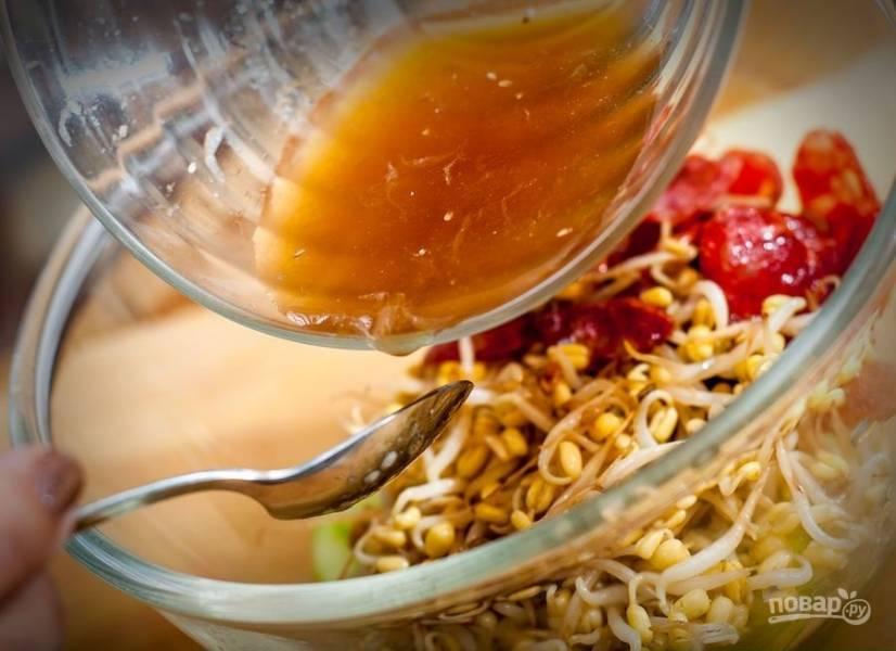 4. После того как колбаски остыли, добавляю их в салатник, заливаю приготовленным ранее соусом, хорошенько перемешиваю.