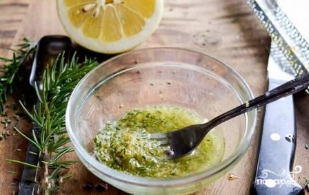 Снимем цедру с одного лимона, смешаем её с оливковым маслом и листиками розмарина. Если вы решили добавить чеснок, измельчите его и добавьте в эту смесь.