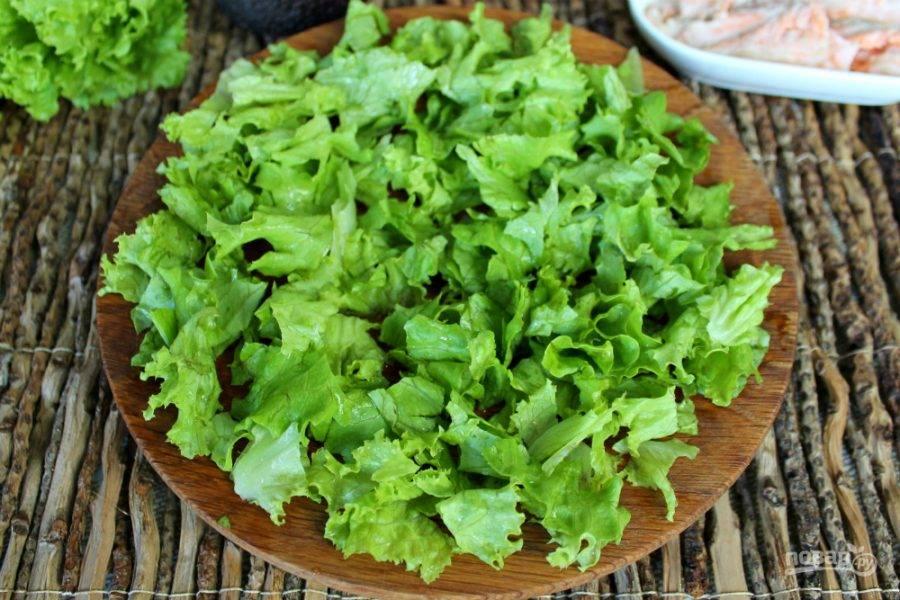 Листья салата разделяем на куски и выкладываем на блюдо.