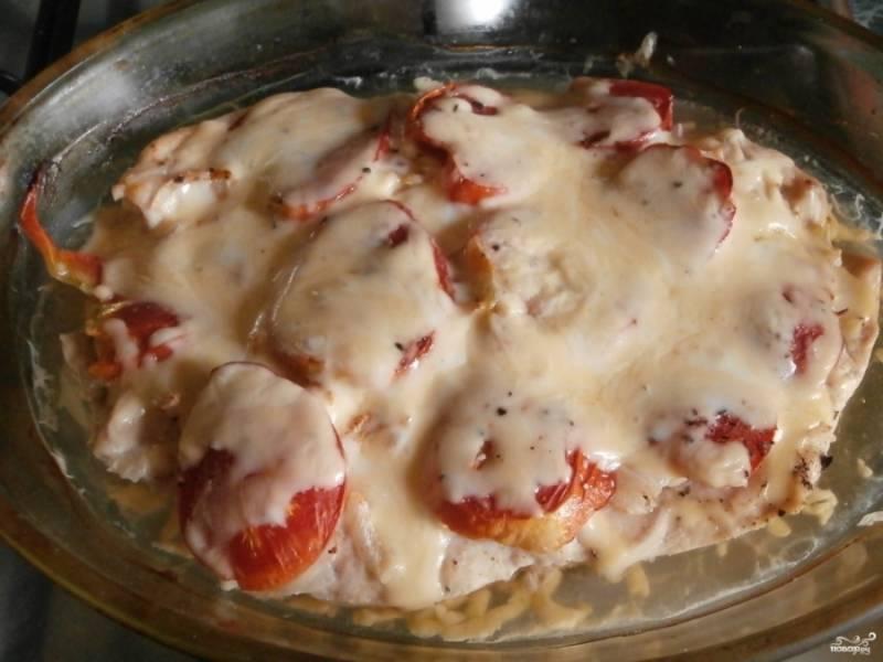Запекаем блюдо в духовку практически до готовности курочки (мясо должно побелеть). Присыпаем блюдо тертым сыром и возвращаем в духовку еще на 5 минут. Температура 200 градусов.