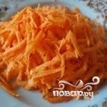 1. Для начала нужно натереть морковь на крупной тёрке