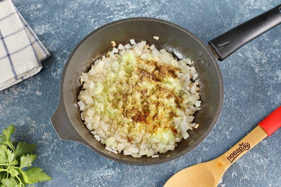 Обжарьте лук до мягкости, добавьте сельдерей и специи по вкусу. Готовьте помешивая 3-5 минут.
