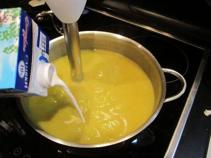 Добавляем сливки, опять немного взбиваем блендером. Варим минут 5. Готовый сливочный суп-пюре с курицей подаем с кусочками отварной курицы. Приятного аппетита!