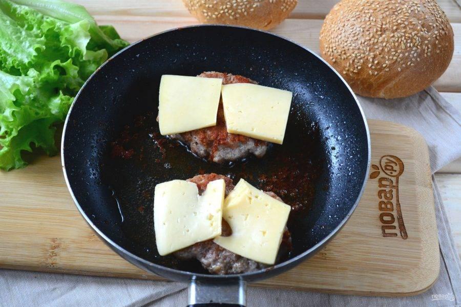 Когда обжарите с одной стороны и перевернете на вторую, на каждую котлету положите по 1-2 ломтика твердого сыра. В процессе жарки сыр расплавится, растекаясь по котлете. Это очень вкусно.