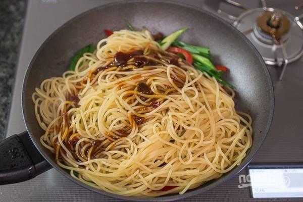 Отдельно отварите спагетти. Сделайте соус, смешав хойсин, чили и воду. Добавьте спагетти и соус в сковороду.