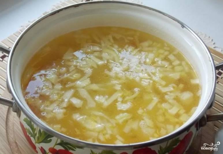Кладем зажарку в суп, добавляем лавровые листы, соль и перец по вкусу. Варим до готовности картофеля.