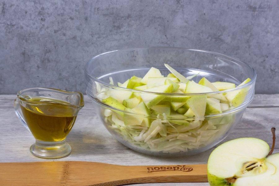 Добавьте яблоко, нарезанное вместе с кожурой небольшими кусочками.