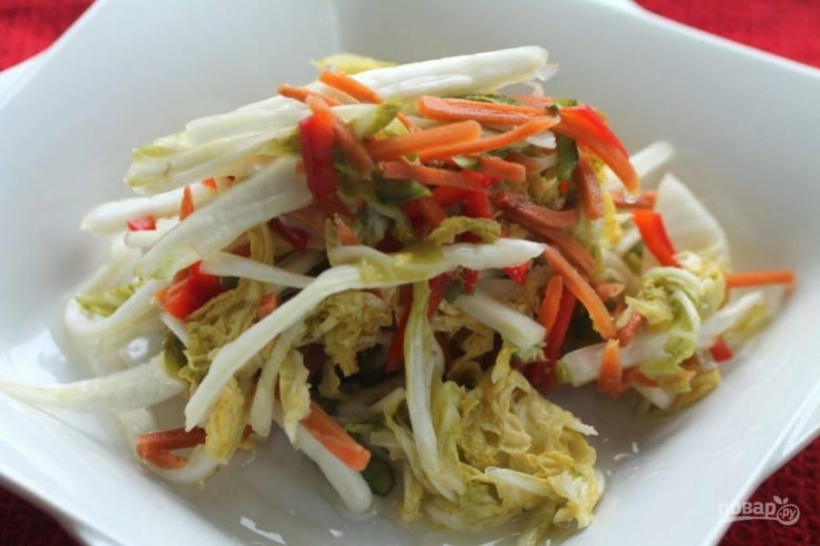 6.Спустя необходимое время достаньте салат и подавайте его к столу.