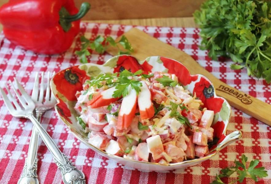 """Салат """"Коралловый риф"""" с крабовыми палочками готов. Можно подавать к столу на закуску."""