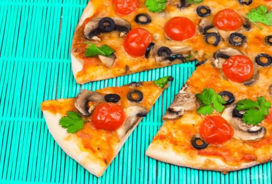 5. Выпекайте пиццу в разогретой до 220 градусов духовке в течение 10 минут. Когда дно пиццы станет золотистым, она готова. Приятного аппетита!