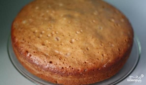 4. Подержите некоторое время пирог в емкости, чтобы ему удалось дойти до нужного состояния.