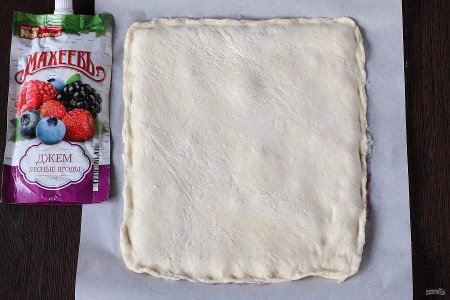 Раскатайте второй пласт теста и накройте начинку.