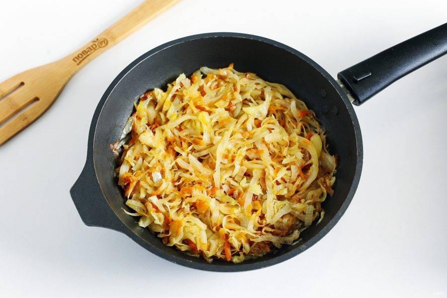 Лук и морковь обжарьте до мягкости. Добавьте нашинкованную капусту и тушите до готовности. В конце посолите и поперчите начинку по вкусу.