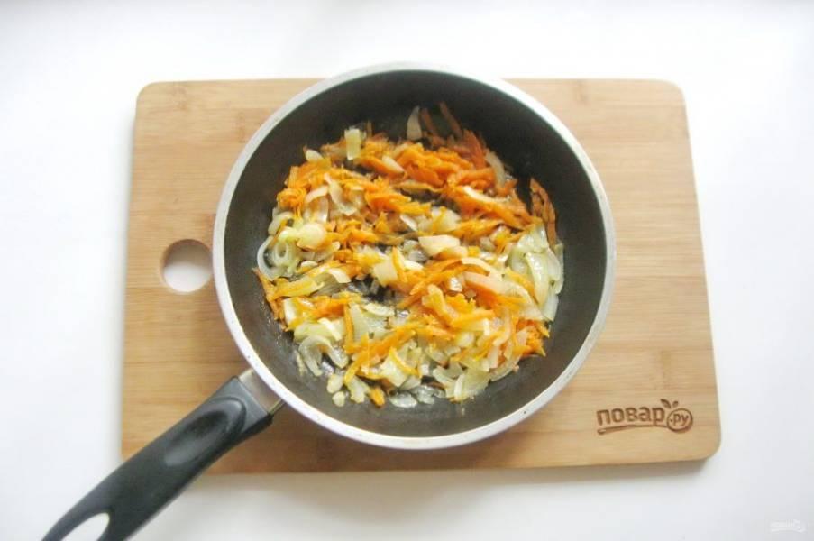 Налейте в сковороду подсолнечное масло и немного воды. Накройте крышкой и тушите эти овощи до мягкости 10-12 минут перемешивая.