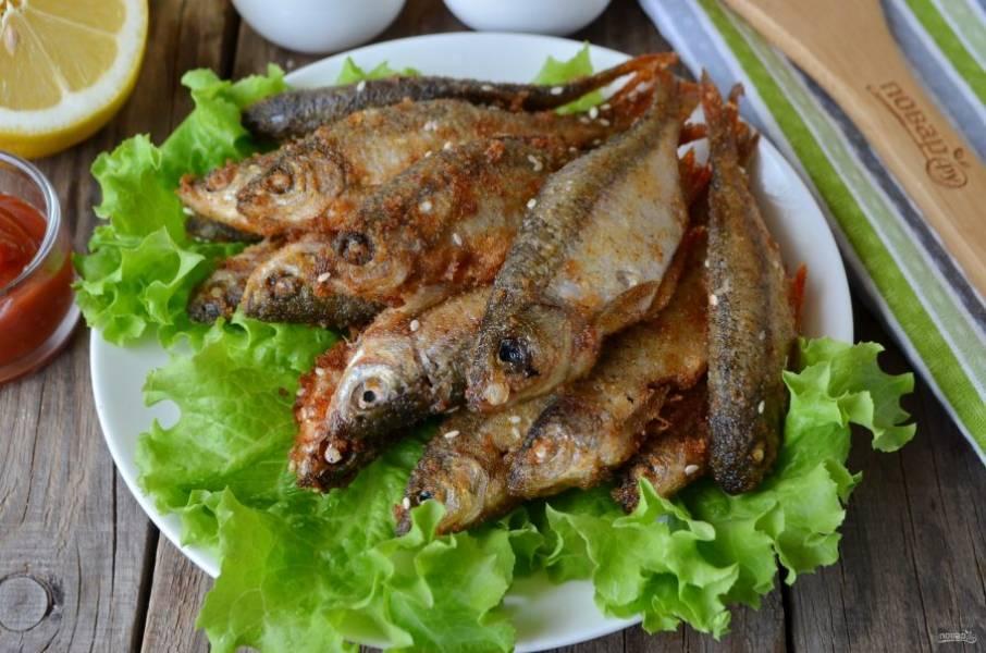 Подайте рыбу с соусом и лимоном. Приятного аппетита!
