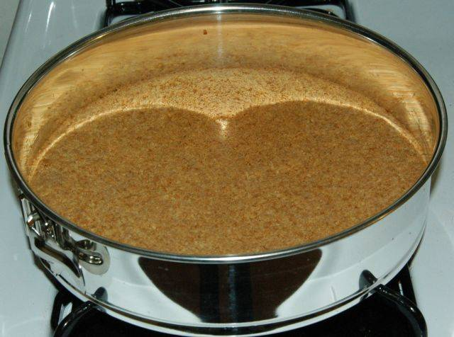 Когда корж стал ароматным и выглядит золотисто-коричневого цвета, выньте его из духовки, чтобы отстудить.. Когда корж остынет ,используйте  масло,которое осталось, для помазания его сторон.
