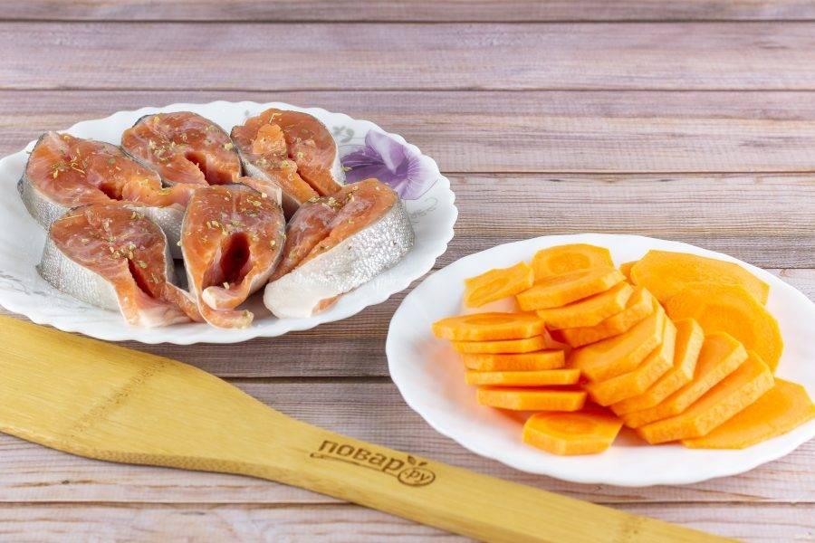 Рыбу сбрызните лимонным соком, по вкусу натрите солью, перцем и специями для рыбы. Морковь нарежьте кружочками.