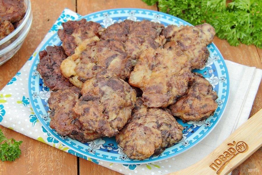 Куриная печень в сметанно-чесночном кляре готова. Подаем самостоятельно или с любым гарниром. Приятного аппетита!