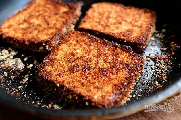 5. Обжарьте тосты в сливочном масле до золотистой хрустящей корки.