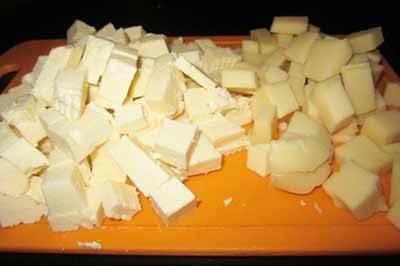 Сыр нарезаем на небольшие кубики. Можно взять сыр одного вида, но с двумя вкуснее.