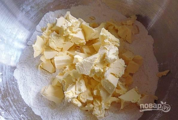 Смешайте кунжут с маслом (150 г), мукой, сметаной, солью.