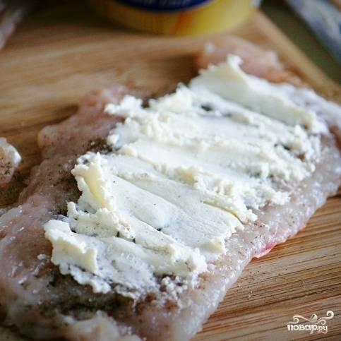 Тонким слоем намазываем на куриное филе сливочный сыр.