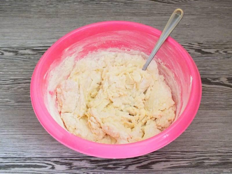 Перемешивайте сначала ложкой, подсыпая остаток муки. Потом месите руками. Тесто будет липким, но чтобы готовое печенье не было клёклым, постарайтесь не забить тесто мукой. Обильно присыпайте руки мукой и месите тесто. Максимальное количество это 350 грамм.