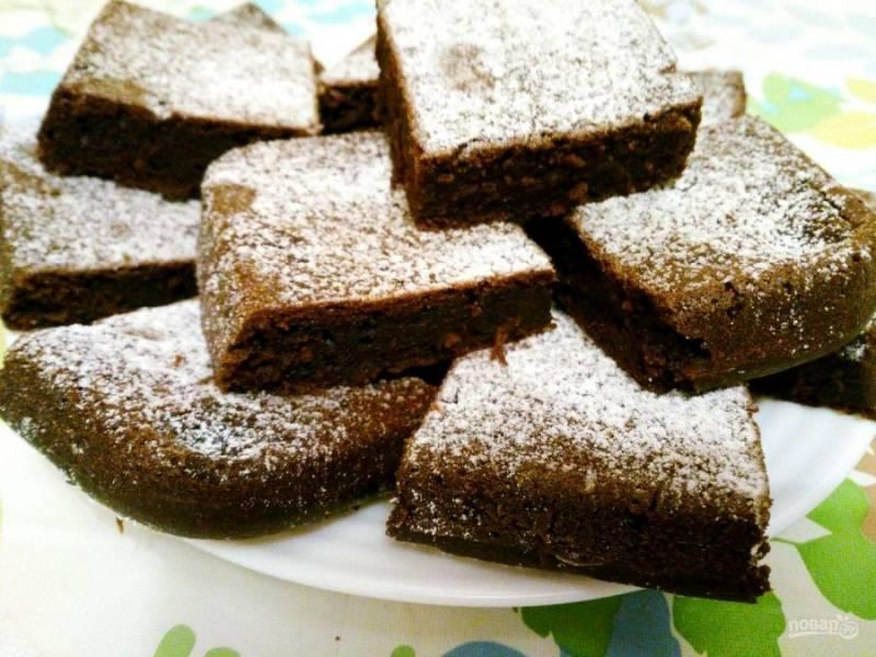 Выпекайте шоколадный пирог с гречневой мукой в течение 40-50 минут, проверяя его готовность с помощью деревянной палочки. Дайте готовому пирогу остыть, по желанию посыпьте его сахарной пудрой и разрежьте на порционные кусочки.