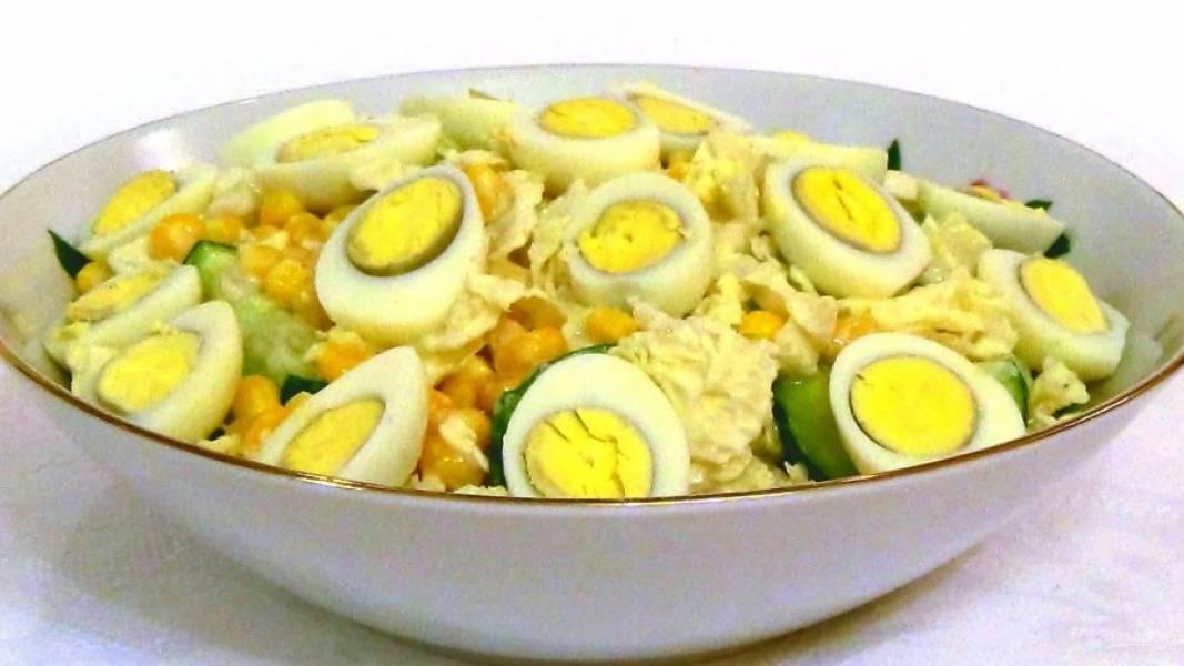 3. Украсьте салат отварными разрезанными пополам перепелиными яйцами. Приятного аппетита!
