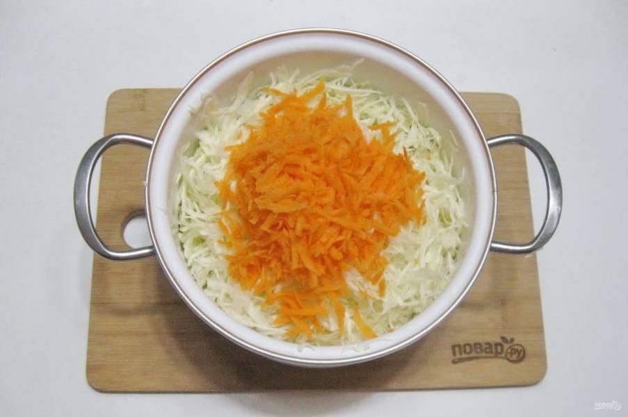 Морковь натрите на терке и добавьте в капусту.