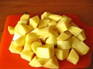 Картофель порезать на четвертинки.
