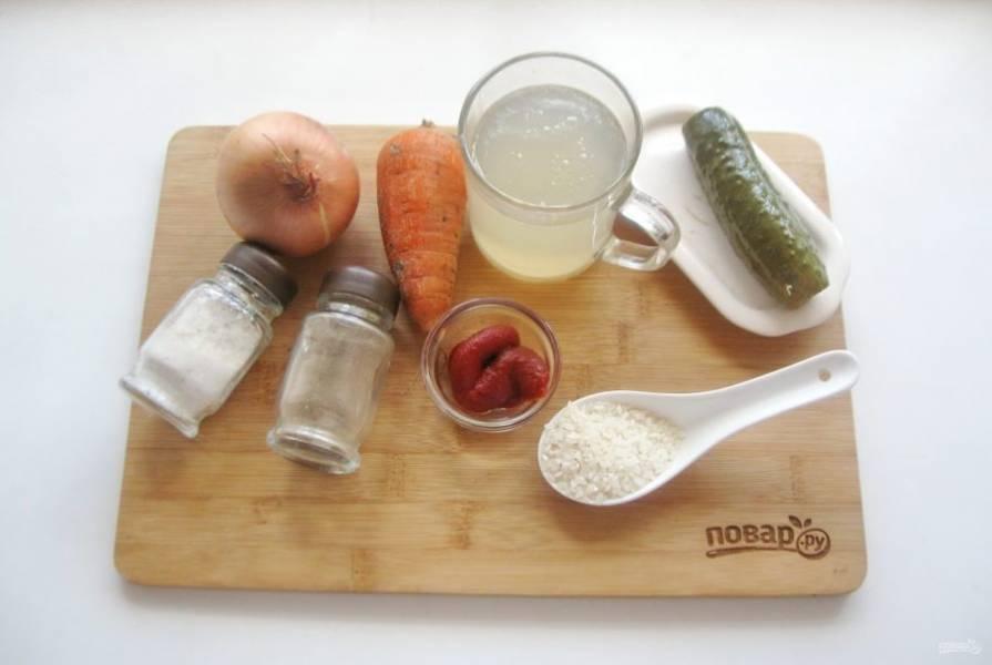 Возьмите ингредиенты для приготовления рассольника.