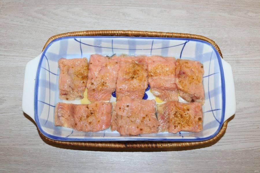 Выложите филе горбуши в форму смазанную маслом.
