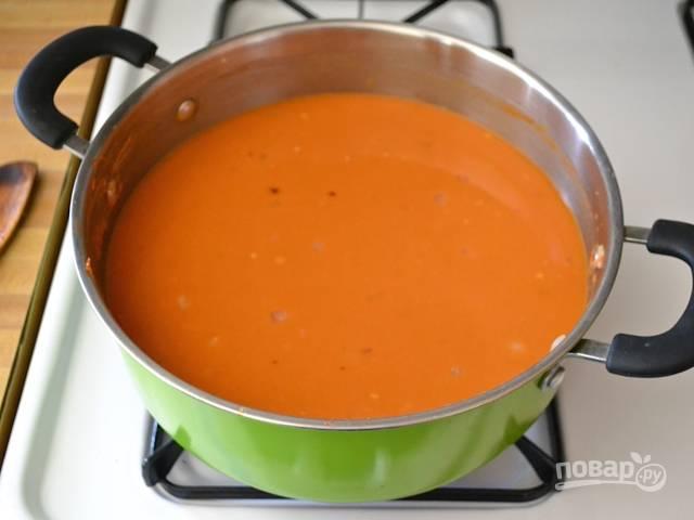 6. Влейте в кастрюлю овощной бульон или горячую воду.