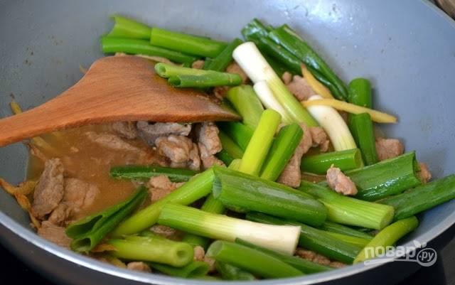 4. В конце выложите зеленый лук.