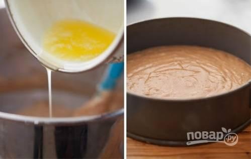 4. Добавьте растопленное сливочное масло, еще раз аккуратно перемешайте. Вылейте тесто в жаропрочную форму, застеленную пергаментом и смазанную маслом, отправьте в духовку.