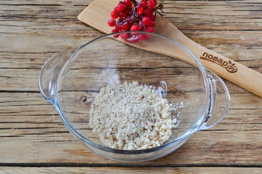 Очистите арахис и сложите в чашу блендера. Измельчите арахис до состояния мелкой крошки, но не в муку.