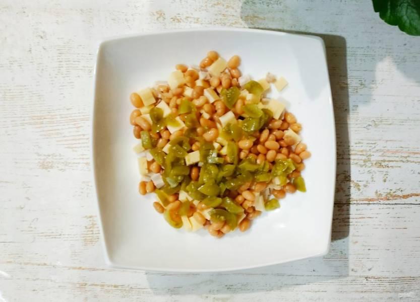 Соленые огурчики мелко нашинкуйте и добавьте в салат.