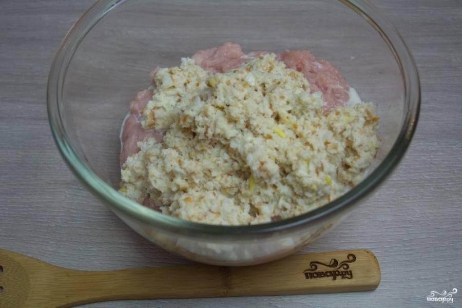 В молоке замочите несколько кусочков белого хлеба. Батон в молоке разомнем руками до кашицы. Добавим молоко с батоном в фарш.  Репчатый лук нарежьте кубиком и обжарьте на растительном масле. Добавьте обжаренный остывший лук в фарш для котлет. Добавьте к фаршу соли и специй, перемешайте.