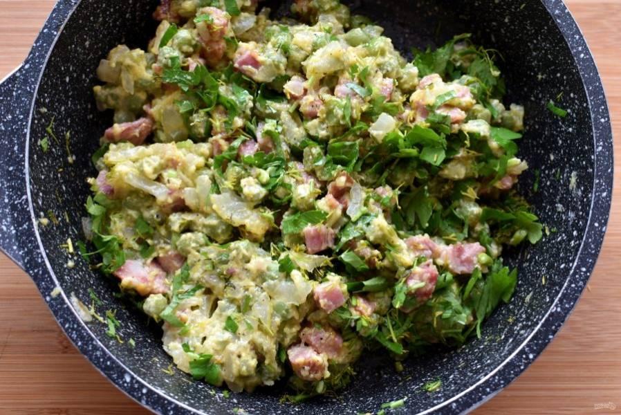 Немного охладите начинку и добавьте рубленную зелень укропа и петрушки. Перемешайте.