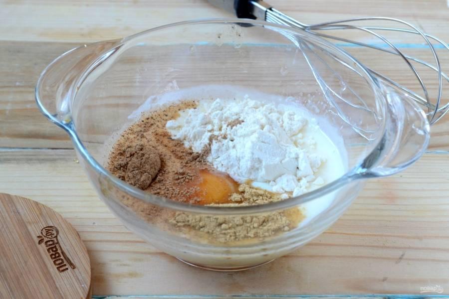 Смешайте молоко с яйцом и мукой. Добавьте специи. Обратите внимание: количество специй вы можете варьировать в зависимости от своих вкусовых предпочтений, но не забывайте, что пакоры – блюдо индийской кухни, поэтому для него характерно обилие специй.
