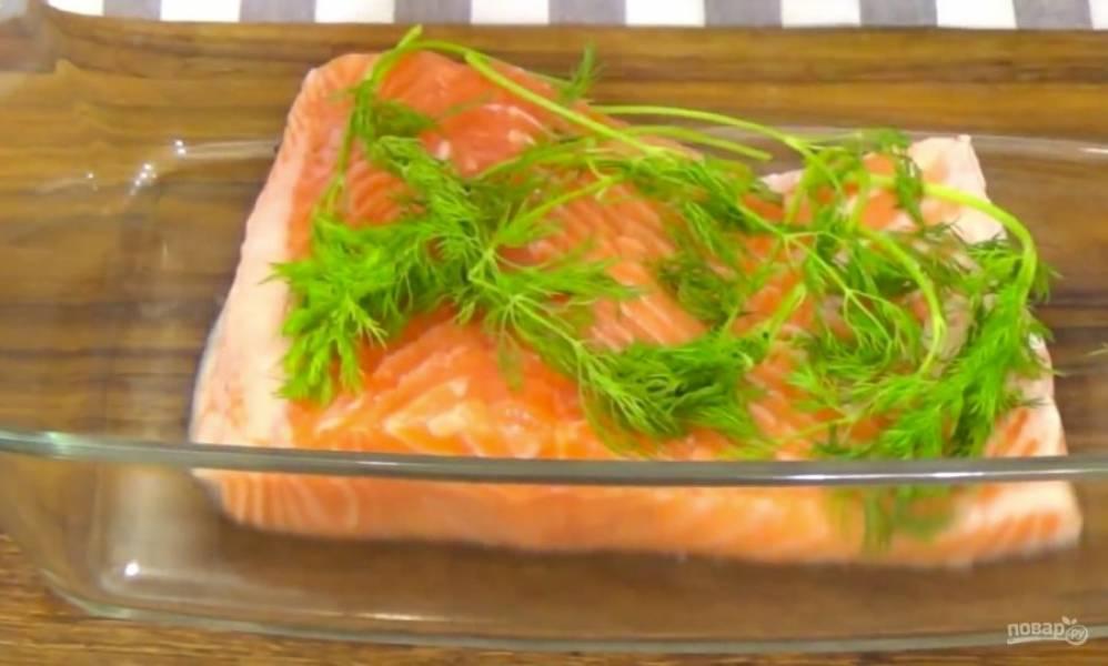 На рыбку выложите укроп и насыпьте черного перца.