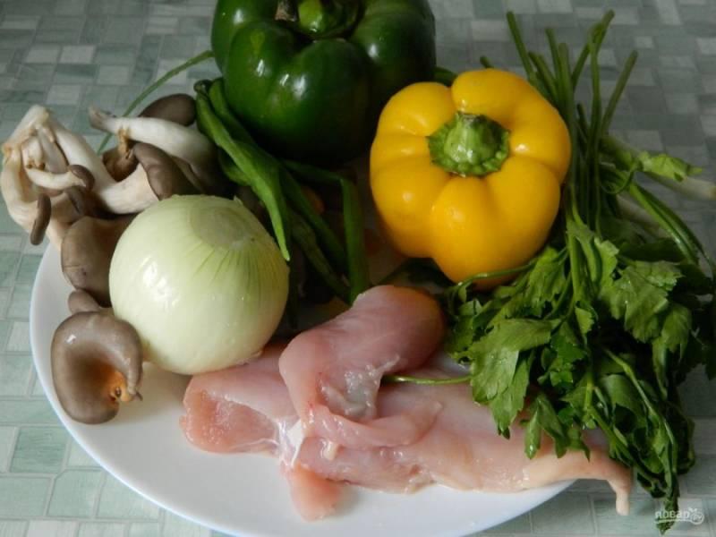 Грибы, овощи, зелень и курицу нарежьте маленькими кусочками.