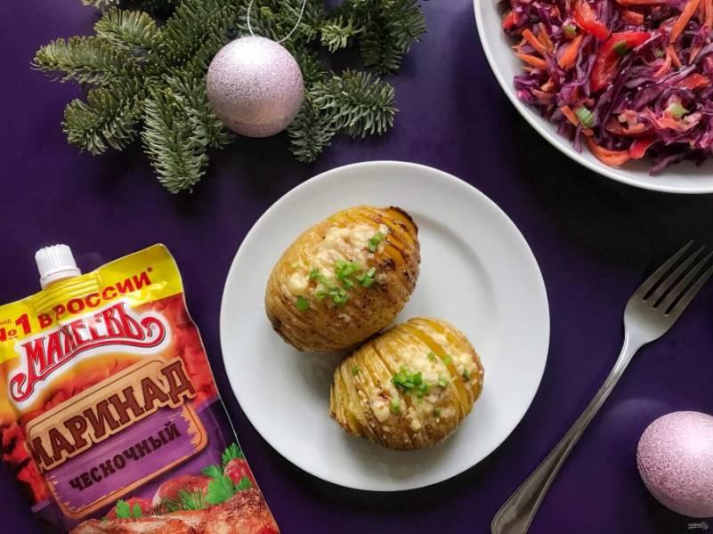 Перед подачей посыпьте картошку зеленью и подавайте к столу. Приятного аппетита!
