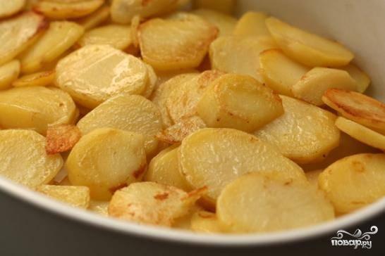 Берем форму для запекания, слегка смазываем ее маслом. Выкладываем нижний слой из обжаренных ломтиков картофеля.